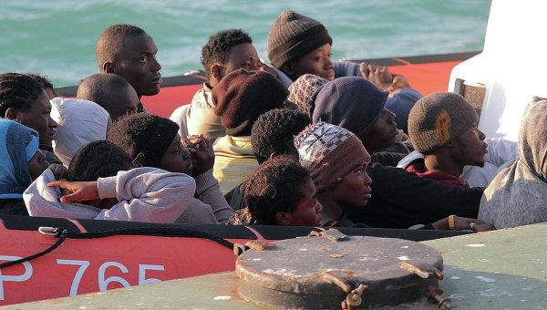 Нелегальные мигранты на лодке береговой охраны Италии. Архивное фото