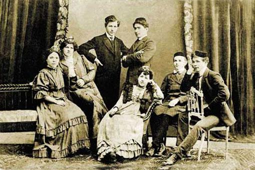 Зимним, вьюжным вечером 1906 года литературно-художественный кружок молодой татарской интеллигенции «Субботяне» представил почтенной публике два спектакля по турецким пьесам «Беда от любви» и «Жалкое дитя»