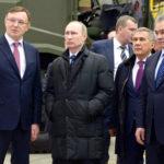 Владимир Путин во время посещения челнинского предприятия «Ремдизель»